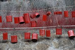 Latas del rojo de la suerte imagenes de archivo