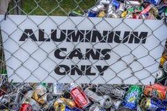 Latas diferentes para reciclar em um recipiente Foto de Stock Royalty Free