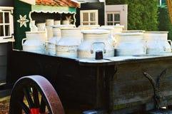 Latas históricas de la leche en Holanda Fotografía de archivo libre de regalías