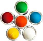 Latas multicoloras de la pintura en blanco Foto de archivo libre de regalías