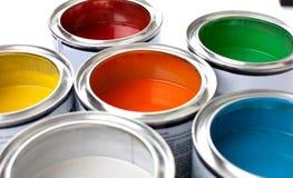 Latas multicoloras de la pintura en fondo Foto de archivo