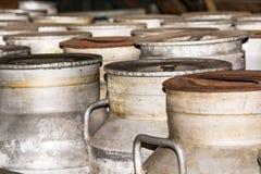 Latas nostálgicas oxidadas de la leche Foto de archivo