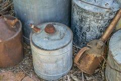 Latas oxidadas do óleo do vintage Fotografia de Stock Royalty Free