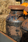 Latas oxidadas velhas do leite Fotografia de Stock