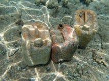 Latas plásticas vazias sob a água perto da praia em Hurghada, Egito imagens de stock