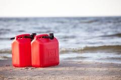 Latas rojas de la gasolina Fotos de archivo libres de regalías