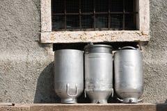 Latas velhas do leite feitas do alumínio Fotografia de Stock Royalty Free