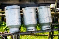 Latas velhas do leite feitas do alumínio imagem de stock royalty free