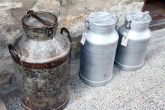 Latas velhas do leite, Morella Imagem de Stock