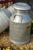 Latas viejas de la leche hechas del aluminio Fotos de archivo libres de regalías