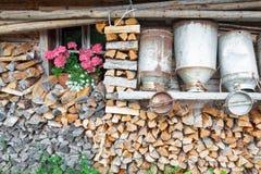 Latas viejas decorativas de la leche de una choza de la montaña Imagen de archivo libre de regalías