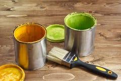 Latas y cepillos coloreados de la pintura Imagen de archivo libre de regalías