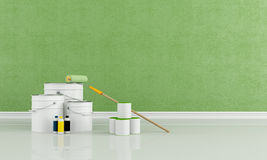 Latas y compartimiento con el cepillo de la pintura y del rodillo del color Foto de archivo libre de regalías