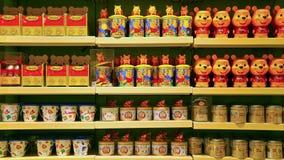Latas y tazas del caramelo de Winnie the Pooh Imagenes de archivo