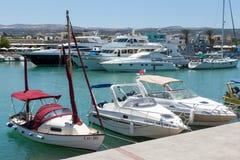 LATCHI, CYPRUS/GREECE - 7月23日:小船的分类在har的 库存照片
