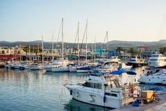 LATCHI - 5月19日:游艇在港口在2015年5月19日的港口在Latchi村庄,塞浦路斯 库存照片
