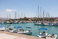LATCHI, CYPRUS/GREECE - 23 ΙΟΥΛΊΟΥ: Κατάταξη των βαρκών στο har στοκ φωτογραφία