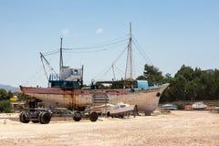 LATCHI CYPRUS/GREECE - JULI 23: Boatyard på Latchi i den Cypern nollan arkivbild