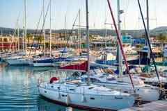 LATCHI - MAJ 19: Yachter i hamnen på Maj 19, 2015 i den Latchi byn, Cypern Arkivfoto