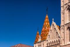Late-Gotic天主教马赛厄斯教会的屋顶在布达佩斯 库存照片