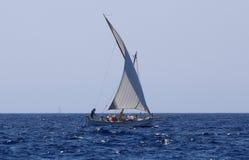 Lateen żeglowania watercraft w palmy de Mallorca zatoce zdjęcia royalty free