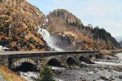 Latefossen-Wasserfall Odda Norwegen mit der Steinstraßenbrücke über im Frühjahr April-Jahreszeit Lizenzfreie Stockfotos