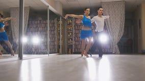Latein tanzt in das Studio stockbilder