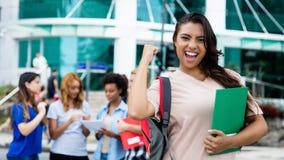 Lateinamerikanische Studentin, die erfolgreiche Prüfung feiert lizenzfreie stockfotos
