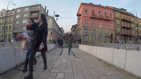 Lateinische Brücke ist eine Osmanebrücke über dem Fluss Miljacka in Sarajevo Das Nordende des brid stock video