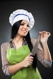 Lateinische Cheffrau mit Messer Stockfoto