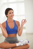 Lateinische Frau in der Yogaklasse, die Sie betrachtet Lizenzfreie Stockbilder