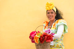 Lateinische Frau, die ein Trachtenkleid in altem Havana trägt lizenzfreies stockfoto