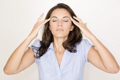 Lateinische Frau, die unter Kopfschmerzen leidet lizenzfreie stockfotografie