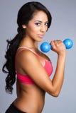 Lateinische Frauen-anhebende Gewichte stockfotografie