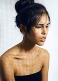 Lateinische junge Frau der Schönheit in der Krise, Hoffnungslosigkeitsblick, Mode bilden dunkle Art Lizenzfreies Stockfoto