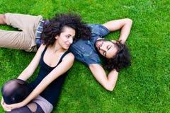 Lateinische Paare auf der Wiese, die im Sommer schläft Stockbild