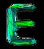 Lateinischer ernstlichbuchstabe E in der grünen Farbe der niedrigen Polyart lokalisiert auf schwarzem Hintergrund Stockbild