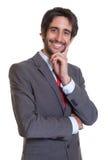 Lateinischer Geschäftsmann mit Bart lachend über Kamera Lizenzfreie Stockbilder