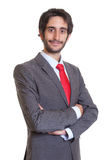 Lateinischer Geschäftsmann mit Bart und den gekreuzten Armen Lizenzfreies Stockfoto