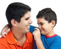 Lateinischer Junge, der seinen Vater umarmt Stockfotos