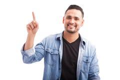 Lateinischer Kerl, der oben zeigt Stockfotos