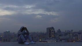 Lateinischer Mann, der auf dem Dach des Wolkenkratzers versuchend, wichtige Entscheidung zu treffen meditiert stock footage