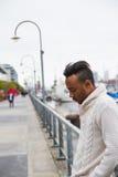 Lateinischer Mann, der draußen aufwirft Lizenzfreie Stockfotos