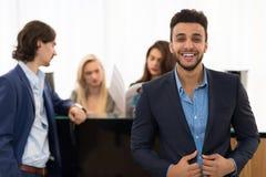 Lateinischer Mann-glücklicher lächelnder Abnutzung Elegants-Anzug, beim Einkauf über Geschäftsmann Paying For New mit Kreditkarte lizenzfreies stockfoto