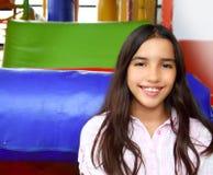 Lateinisches indisches jugendlich Mädchen, das im Spielplatz lächelt stockfotografie