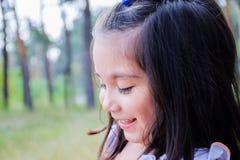 Lateinisches Kind, das im Sommerpark lacht Lizenzfreie Stockbilder