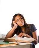 Lateinisches Mädchen mit einem geöffneten Buch. Träumen Lizenzfreie Stockfotografie