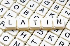 Lateinisches Titeltext-Wortkreuzworträtsel Alphabetbuchstabe blockiert Spielbeschaffenheitshintergrund Weiße alphabetische Buchst Lizenzfreie Stockfotos