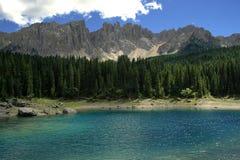 latemar carezza的湖 库存图片