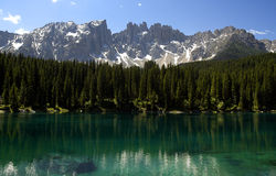 latemar carezza的湖 免版税库存图片